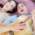 7 Lagu Yang Sesuai Didengar Ketika Jatuh Cinta