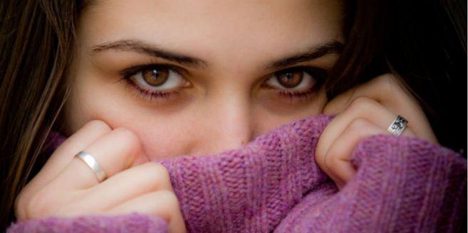 6 Ciri Orang Pemalu Yang Tertarik Pada Anda