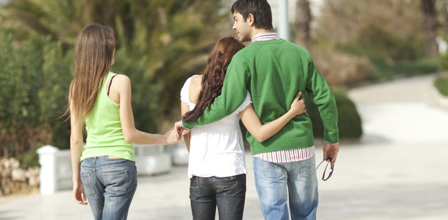 4 Tanda Teman Lelaki Anda Sedang Menjaga Perasaan Orang Lain
